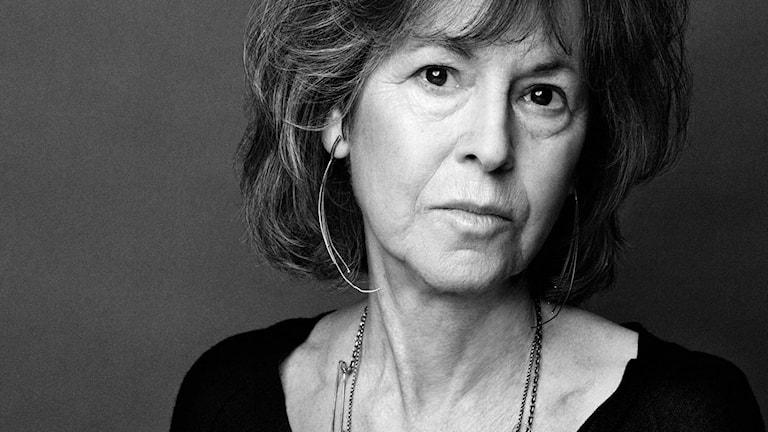 Svartvit bild av författaren Louise Glück.