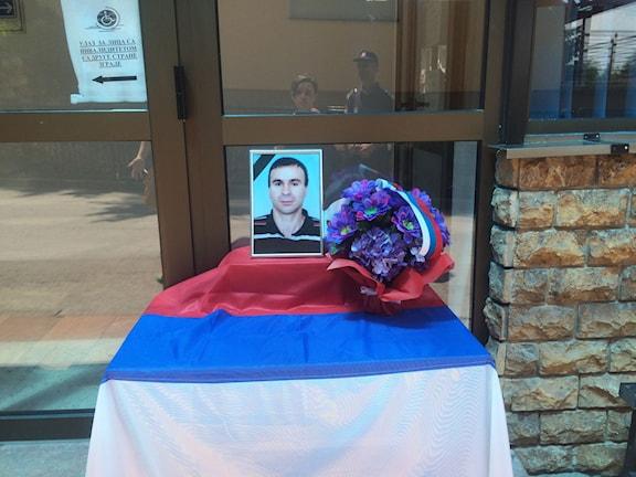 I slutet av april sköts en polisman till döds av en ung muslim på polisstationen i Zvornik. Kollegorna hedrar hans minne. Foto: Johanna Melén/Sveriges Radio