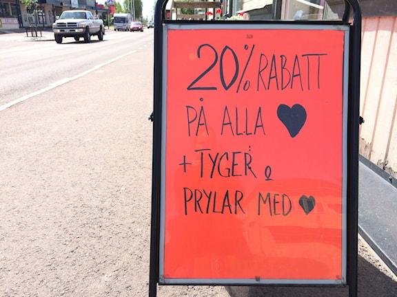 Reklamskylt prydd med hjärtan utanför en av butikerna i Älvdalen. Foto: Lisa Linder Lindberg/Sveriges Radio