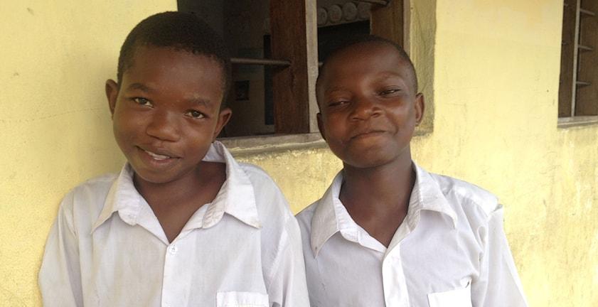 Tomas och Frank i 7:e klass kommer till skolan i Dar es Salaam varje dag nu, när de har fått fotboll på schemat också. Foto: Maria Sjöqvist/Sveriges Radio