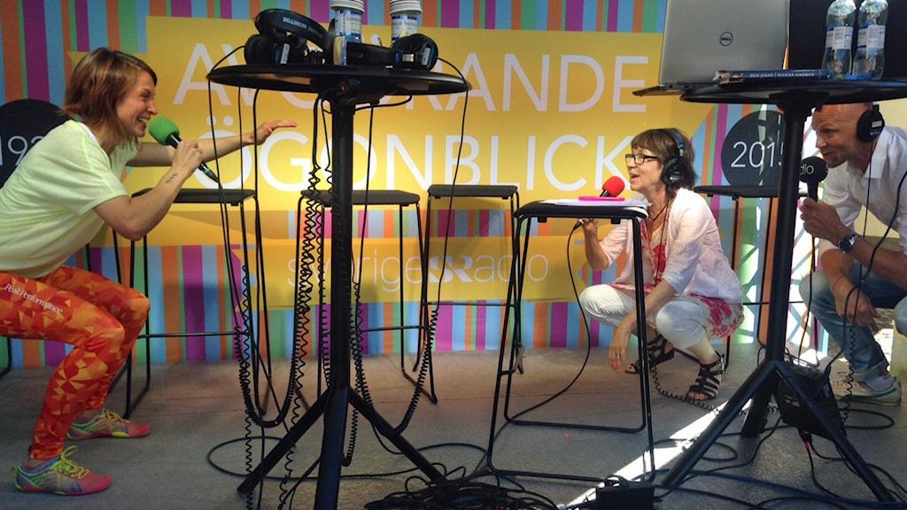 Träning från Studio Etts scen i Almedalen. Till vänsterLena Norrman, från Lekhagen och programledarna Li Hellström och Jörgen Huitfeldt. Foto: Karin Wickström/Sveriges Radio.