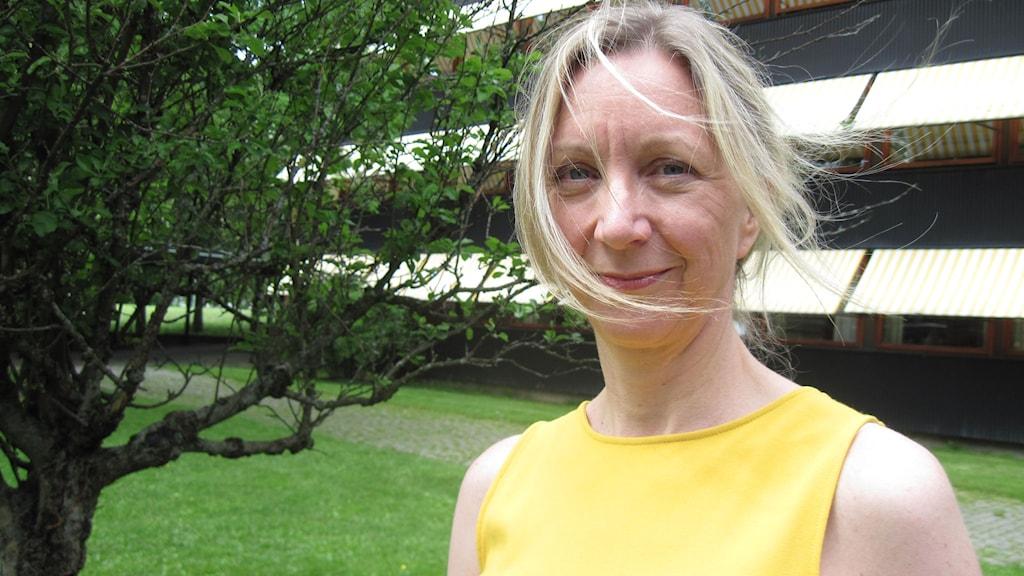 Litteraturprofessor Elisabeth Oxfeldt leder forskningen om välståndsskuld i nordiska filmer och böcker. Foto: Jens Möller/Sveriges Radio
