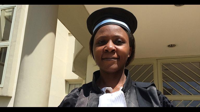 Iförd domarklädsel – Fabienne Kabagambe är en av allt fler kvinnliga domare i Rwanda. Foto: Richard Myrenberg/Sveriges Radio
