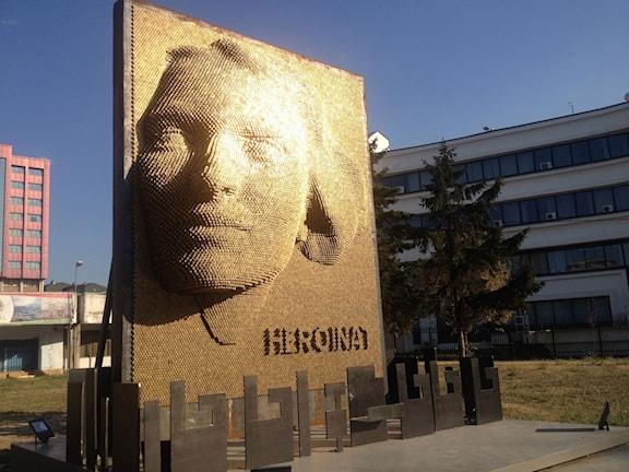 Monumentet Heroinat som invigs på Kosovs befrielsedag den 12 juni i år. Foto: Lisa Bergström/Sveriges Radio