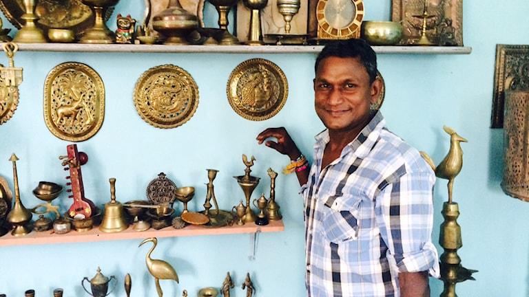 """Tuk-Tuk föraren Mohan från Colombo visar upp sin samling av """"antikviteter"""""""