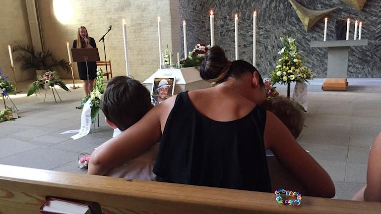 Johns bästa vän Zakas begravning. På första raden sitter Nathalie och Zakas två barn. Foto: Privat