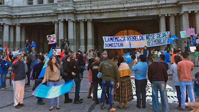 demonstrerade människor med plakat