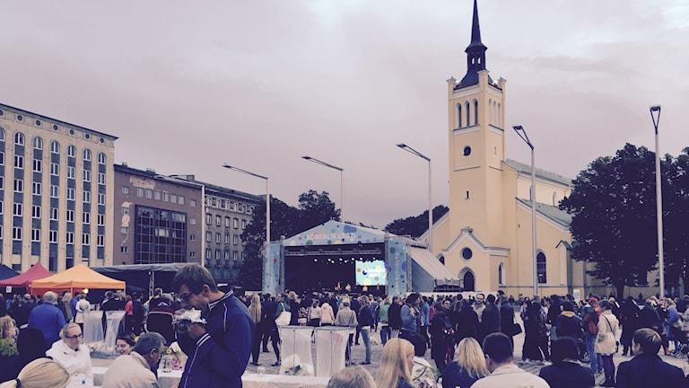 I Tallinn samlas människor för att välkomna flyktingar och visa upp ett vänligt Estland. Foto: Thella Johnson/Sveriges Radio.