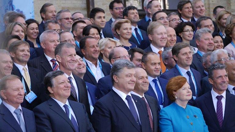 Ukrainas expresident Leonid Kutjma, längst tv, som nu förhandlar om vapenvilan för Ukrainas räkning i Minsk, Natos förre Anders Fogh Rasmussen syns till höger. Foto Maria Persson Löfgren/Sveriges Radio.