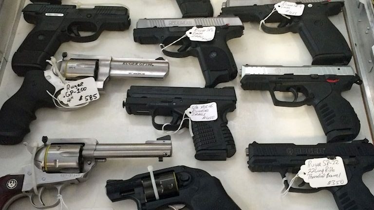 - De flesta som köper en pistol gör det för att ha den för självförsvar, säger vapenhandlaren Payne, som inte vill uppge sitt efternamn. Foto: Henrika Åkerman/Sveroges Radio.