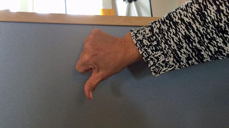 """Tummen ner eller tummen upp för Facebooks """"ogilla-knapp"""". Foto: Helena Ulander/Sveriges Radio."""