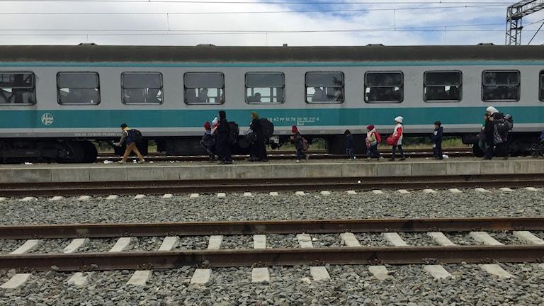 En familj går på tåget vid stationen i Tovarnik. Foto: Paloma Vangpreecha/Sveriges Radio.