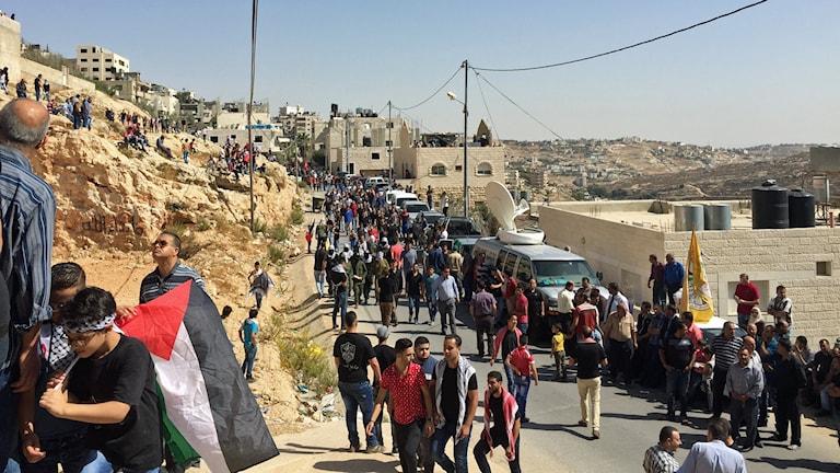 Palestinier vallfärdar till 27-åriga palestiniern Moatez Zuwahiri begravningsplats. Han sköts till döds igår vid en demonstration i centrala Betlehem. Foto: Nivette Dawod/Sveriges Radio.