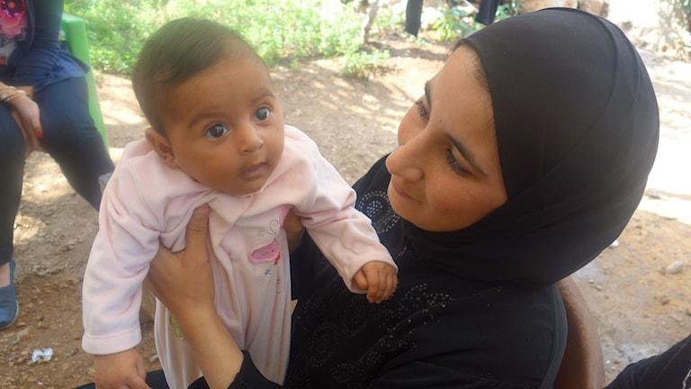 Maryam två månader med sin mamma Mayada Dumarani. Foto: Katja Magnusson/Sveriges Radio.