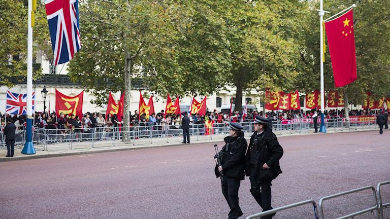 Beväpnad brittisk polis patrullerar i centrala London under det kinesiska statsbesöket. Foto: Jack Taylor/TT: