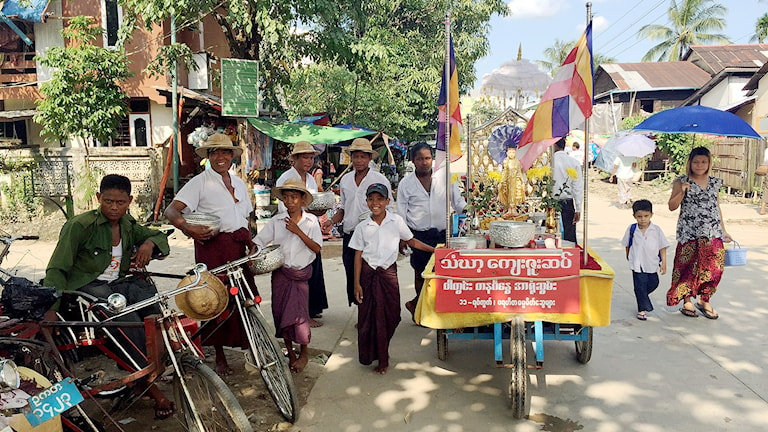 Människor på en gata i Burma. Om knappt två veckor är det val. Foto: Margita Boström/Sveriges Radio