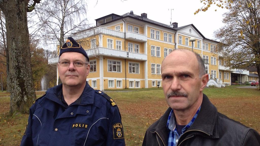 Poliserna Bernt-Olof Nilsson (tv) och Lennart Johansson (th) kunde redan samma kväll som det brann i villan som flyktingfamiljerna bodde i gripa två män som satt eld på bostaden med brandbomber. De dömdes sedan till flera års fängelse. Foto: Samuel Larsson/Sveriges Radio