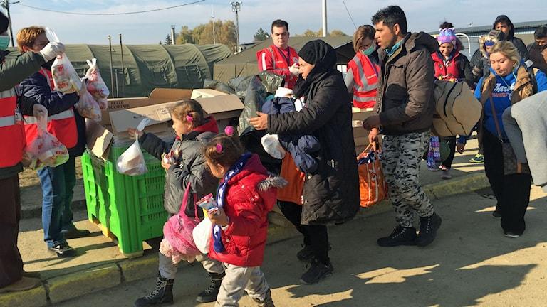 Flyktingar i ett transitläger i Kroatien på väg vidare mot Slovenien. Foto: Johanna Melén/Sveriges Radio.