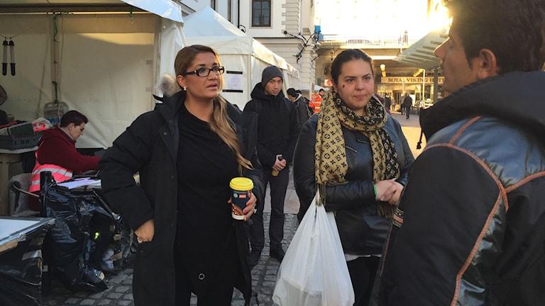 Nordiska gränskontroller drabbar flyktingar i kläm. Volontärer från organisationen Refugees Welcome hjälper en grupp afghaner som vill resa vidare från Stockholm till Finland. Foto: Thella Johnson/Sveriges Radio.