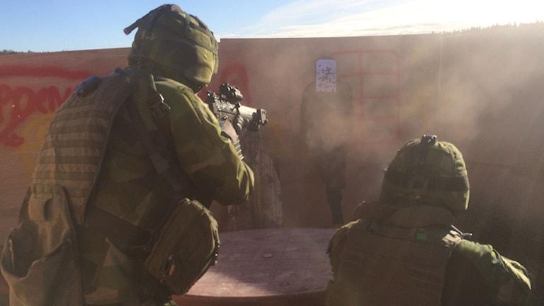 Soldater från ledningsregementet i Enköping övar på Härads skjutfält utanför Strängnäs. Foto: Mats Eriksson/Sveriges Radio.