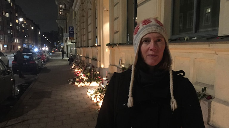 Måndag kväll utanför Frankrikes ambassad i Stockholm. Foto: Adam Westin/Sveriges Radio