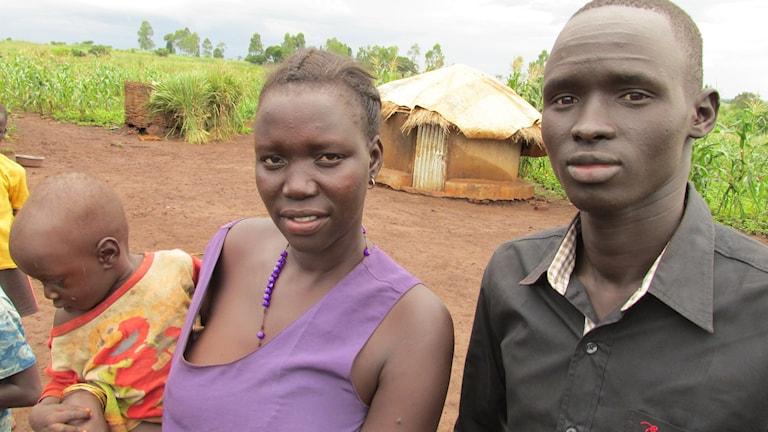 Marsa och John flydde Sydsudan förra året. Nu har de odlat upp mark som de fått av Uganda i flyktingbosättningen. Foto: Richard Myrenberg/Sveriges Radio.
