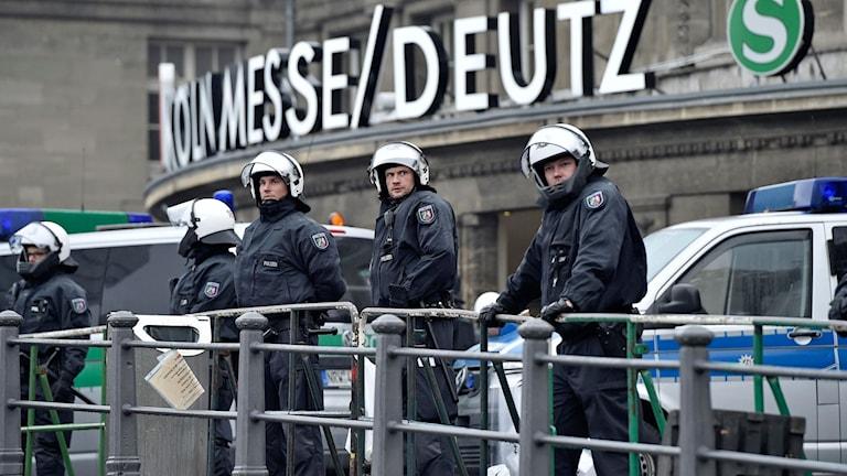 Tyskland. Poliser övervakar en demonstration anordnad av högerextremister. Foto: TT
