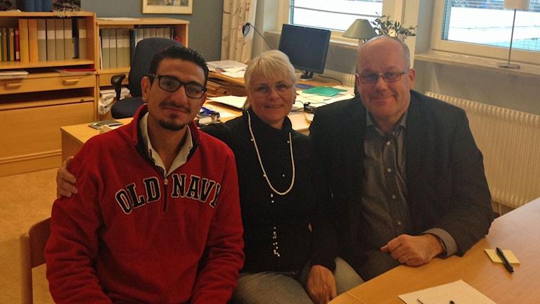 Maali Mjed Naddaf tillsammans med Lotta Gunnarsson och Mats Berglund, ansvariga på SFI i Fagersta. Foto: Katarina Gunnarsson/Sveriges Radio.