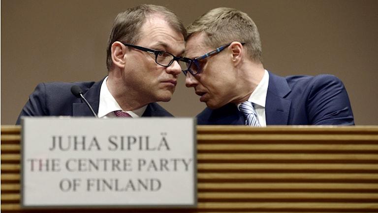 Juha Sipilä, Centern och Alexander Stubb, Samlingspartiet på valdagen i Finland 2015. Foto: TT-AP-Lehtikuva/Heikki Saukkomaa
