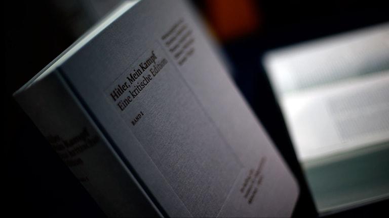 """Nyutgåvan av Hitlers """"Mein Kampf"""" visades upp på en presskonferens i München idag. Foto: Matthias Schrader/Sveriges Radio."""