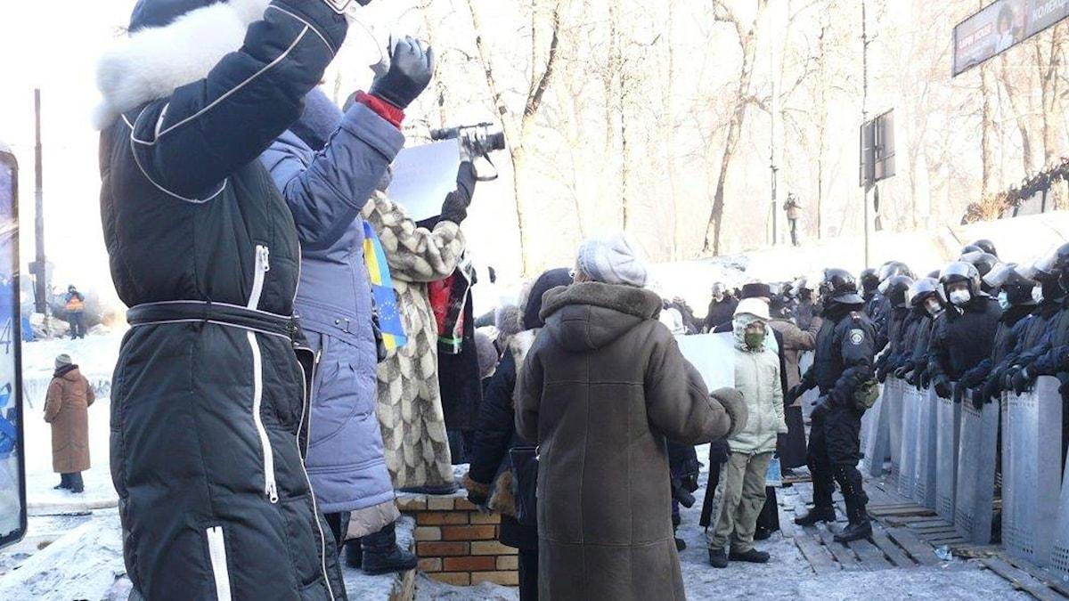 Majdans kvinnor försökte förmå kravallpolisen att byta sida under Majdanprotesten. Foto: Maria Persson Löfgren/Sveriges Radio.