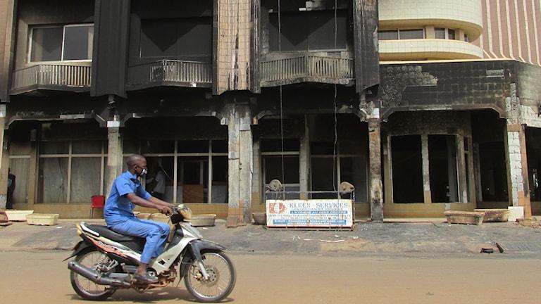 Fasaden på hotel Splendid i Ouagadougou i Burkina Faso som angreps av terrorister den 15 januari. Foto: Richard Myrenberg/Sveriges Radio.
