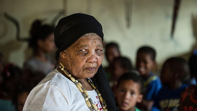 Katrina Esau lär ut sitt modersmål n│uu till den yngre generationen i Upington i nordvästra Sydafrika. Hon och hennes systrar tillhör Sydafrikas ursprungsbefolkning och är de sista som talar khoisanspråket som anses ha rötter i en 25 000 år gammal kultur.