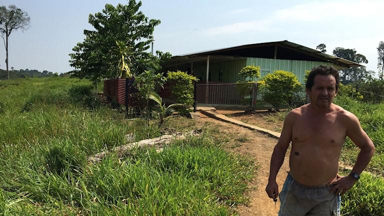 Bonden Simón Medina utanför sina grannars hus i Putumayo. Familjen greps för några månader sedan, anklagad för att ha hjälpt Farc-gerillan. Men Simón Medina säger att både militären och gerillan ofta ber om mat, vatten eller en viloplats och att civilbefolkningen inte kan säga nej.