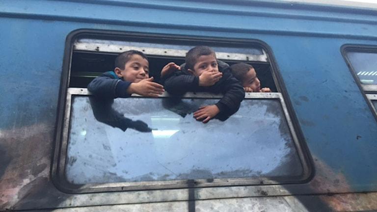 Barn som pussar farväl till Makedonien. Foto: Alice Petrén/Sveriges Radio.