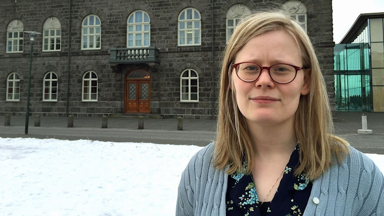Piratpartisten Ásta Helgadóttir framför Islands parlament; Alltinget.