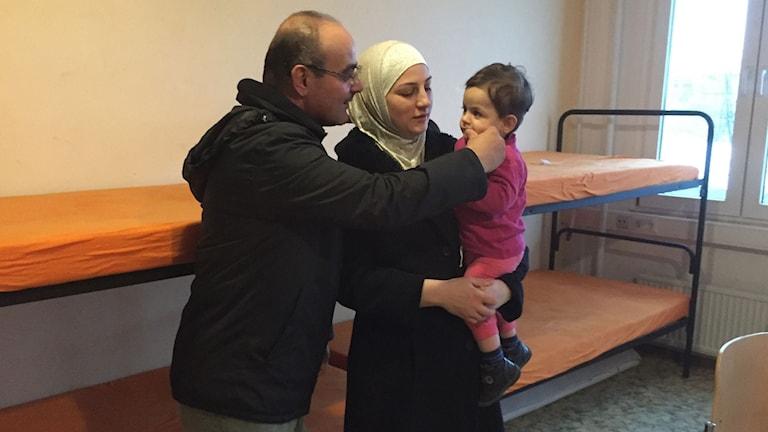 Zuhair och Salma Alhamdan flydde från Damascus i december 2015. Nu bor de med sina fyra barn i ett rum på asylmottagningen i Bautzen och väntar på besked om uppehållstillstånd. Foto: Daniela Marquardt/Sveriges Radio.