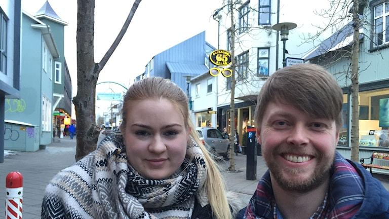 Zuisterna Gunnhildur Gunnarsdóttir och Snæbjörn Guðmundsson i centrala Reykjavik. Foto: Jens Möller/Sveriges Radio.