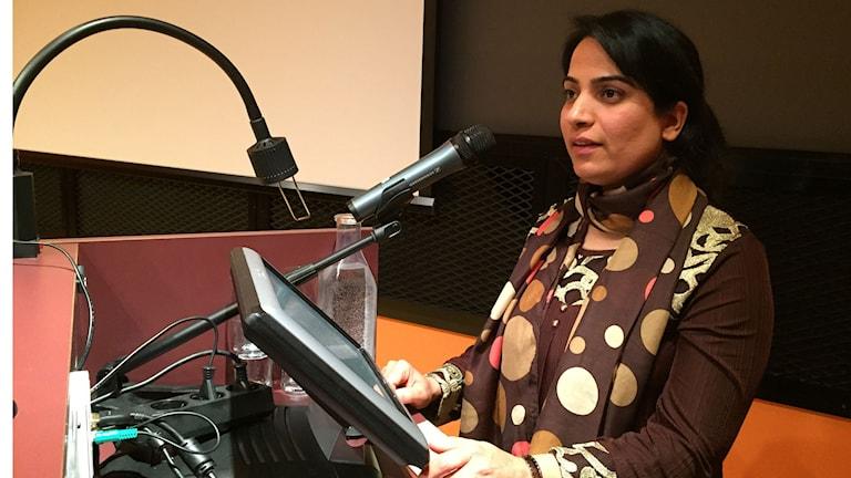 Den afghanska människorättsaktivisten Malalai Joya i en talarstol på Världskulturmuséet i Göteborg. Foto: Jens Möller/Sveriges Radio.