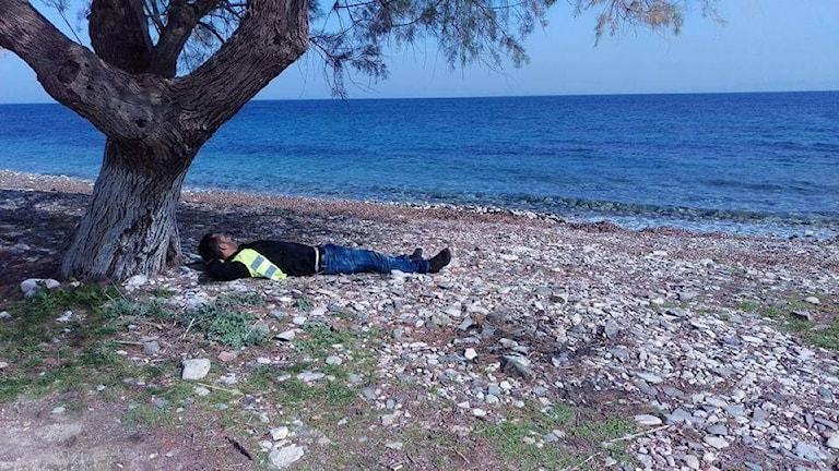 Nour Khabbaz ligger på stranden på den grekiska ön Lesbos.