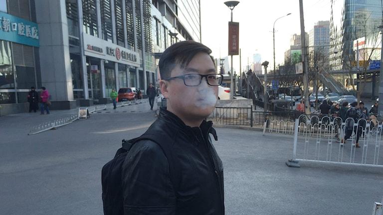 29-årige rökaren Xiong Shi Yang i Peking undrar varför han ska bry sig om andras hälsa, när han inte bryr sig om sin egen? Foto: Johan Bergendorff / Sveriges Radio.