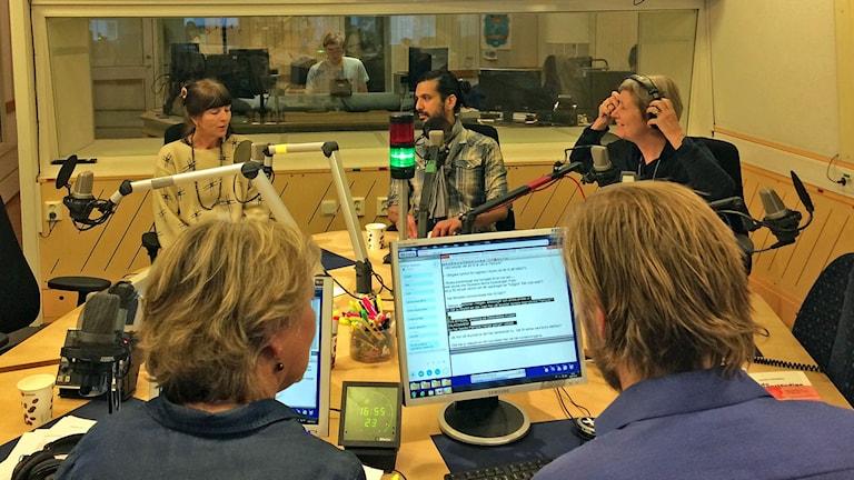 5 personer i en radiostudio