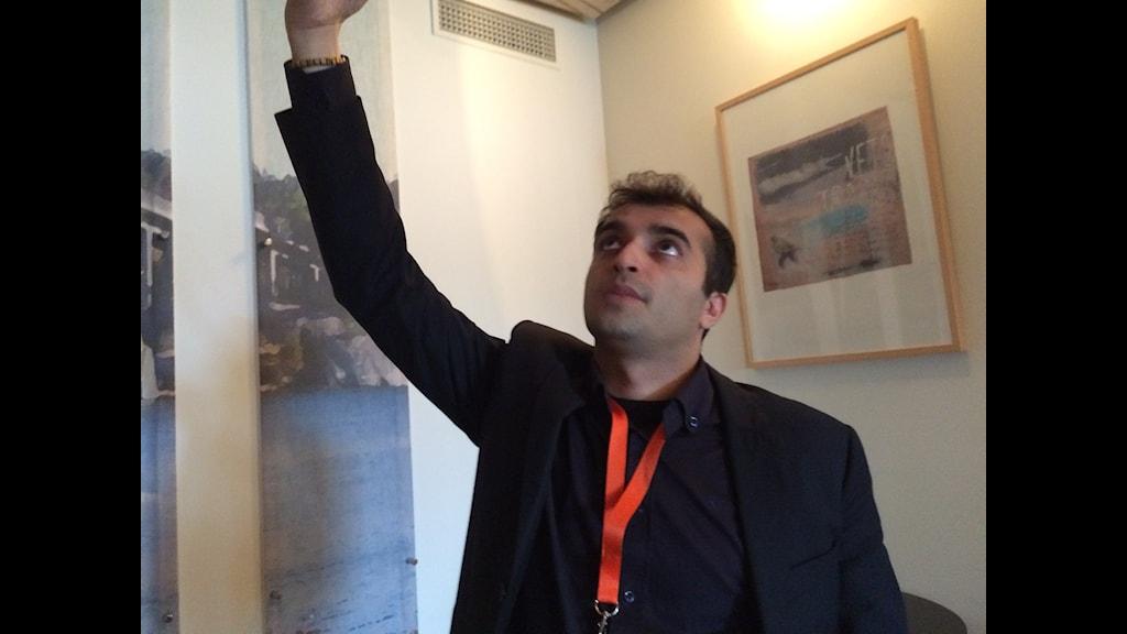 Rasul Jafarov demonstrerar hur cellen han bodde i såg ut.