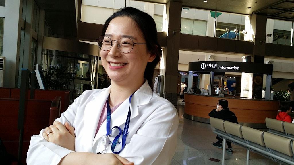 Kim Sae Hee är laboratorietekniker på Samsungsjukhuset i Seoul och vill hitta ett parti som kan ge fler jobb. Foto: Hanna Sahlberg/Sveriges Radio.
