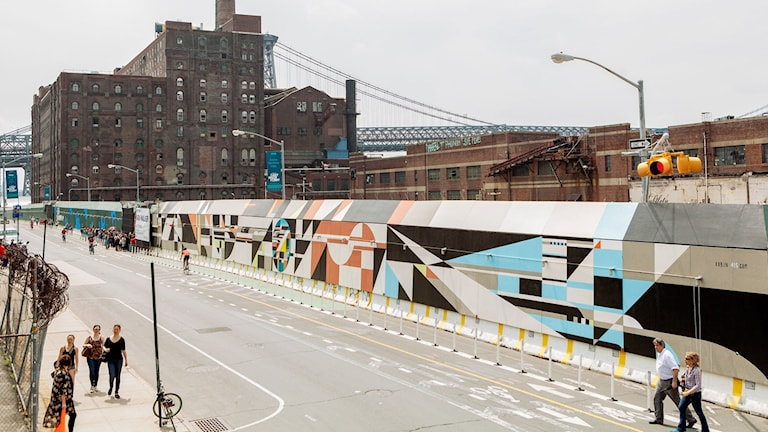 Geometrisk gatukonst på mur i Brooklyn.