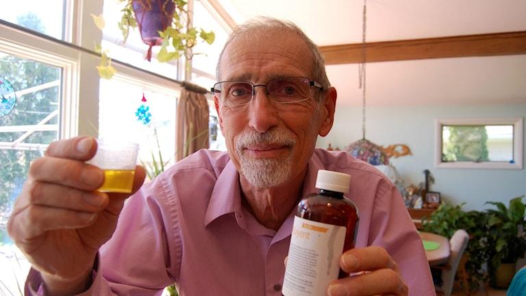 Walter Simpson i Buffalo NY tycker att cannabisoljan han köper för 600 kronor i månaden och sedan dricker två centiliter av två gånger om dagen hjälpt honom mot svåra brännande smärtor i fötterna. Foto: Johan Bergendorff / SR