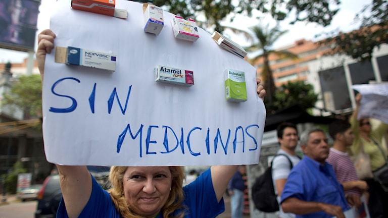 Kvinna protesterar mot bristen på medicin i Venezuela.