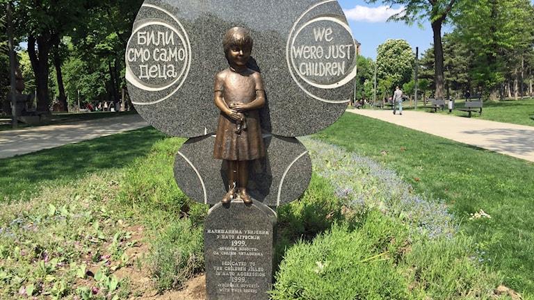 En staty i Belgrad minns offren för Natos bombningar 1999.