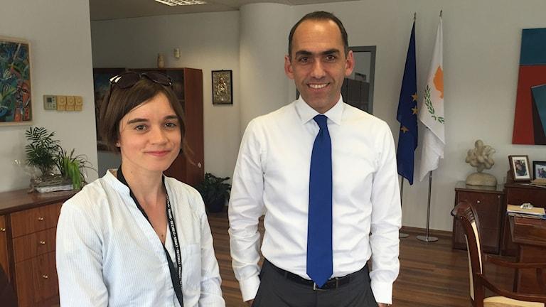 Cyperns finansminister Harris Georgiades, till höger, säger att den politik som ledde fram till krisen nu har förändrats.