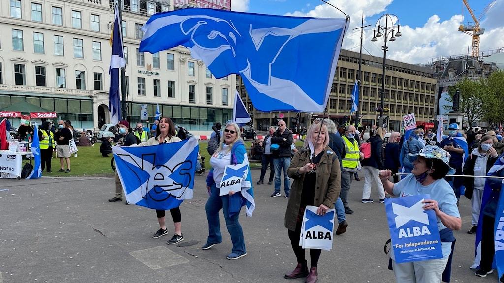 Skotska parlamentsvalet domineras ännu en gång av självständighetsfrågan. Om regeringspartiet SNP får egen majoritet har man utlovat en ny folkomröstning i frågan 2023. Det kommer dock regeringen i London försöka stoppa men frågan är hur länge det går? Här självständighetsförespråkare i Glasgow.